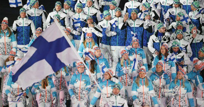 Suomen sinivalkoinen joukkue marssi mäkihyppääjä Janne Ahosen johdolla.
