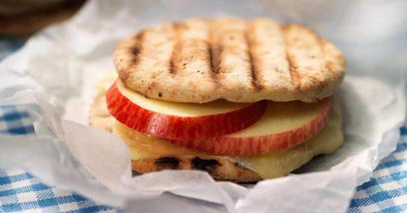 Kannattaa kokeilla paahtoleivän tai pikkurieskojen täyttämistä omena- ja juustoviipaleilla.