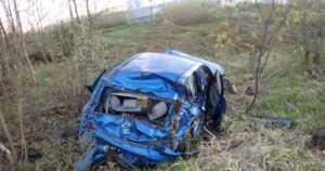 Nuori 18-vuotias ajoi autolla kilpaa ohittaen muita oikealta – kolme loukkaantunutta sairaalaan ulosajon jälkeen