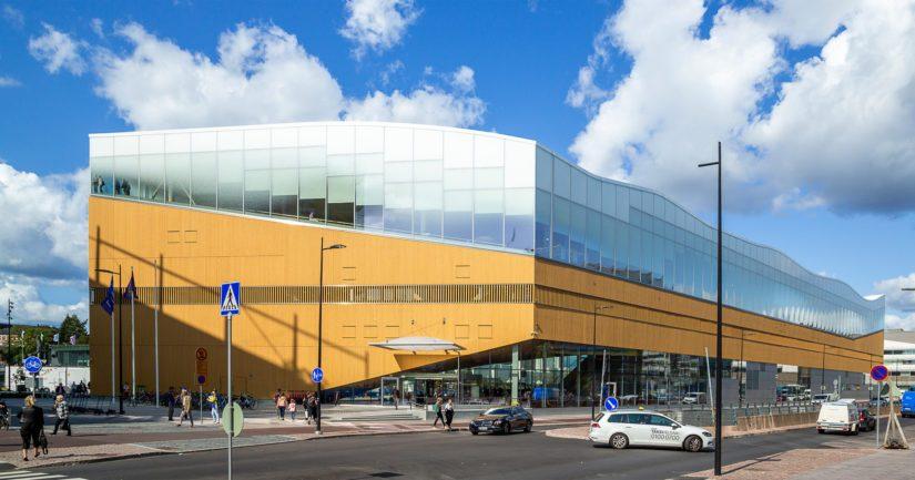 Poliisi tutkii Helsingin keskustakirjastossa tapahtunutta välienselvittelyä rikosnimikkeellä törkeä ryöstö.
