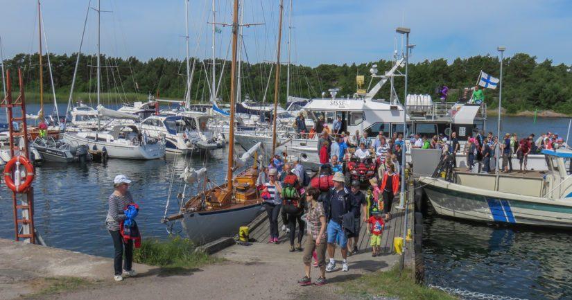 Matkalaisia saapumassa, Örön saari avautui yleisökäyttöön vuonna 2016.