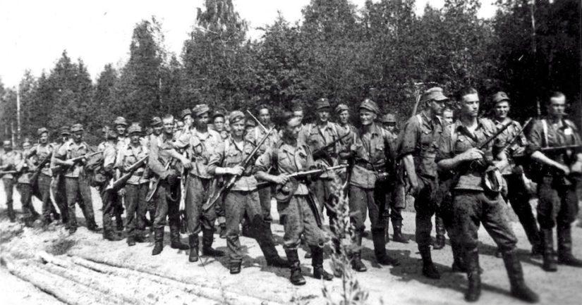 Partisaanien torjuntaosasto kesällä 1943, edessä Lauri Törni hihat käärittynä ja konepistooli tanassa.