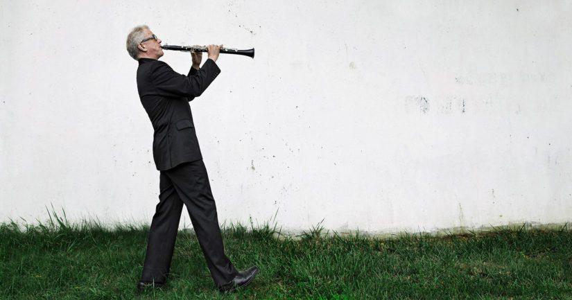 Osmo Vänskä taituroi sekä klarinetistina että kapellimestarina Naantalin Musiikkijuhlilla kesäkuussa.