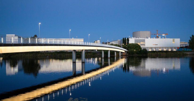Kulttuuripääkaupungiksi vuodelle 2026 nimetyn Oulun teatteri siintää Vänmannin keinotekoisella saarella.