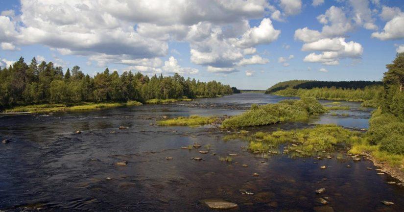 Ounasjoki virtaa halki Tepaston kylämaisemia.