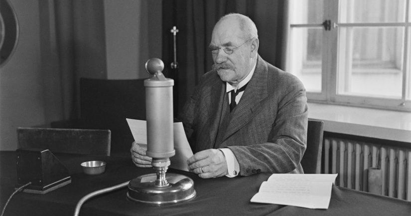 P. E. Svinhufvudin johtaman senaatin eli Suomen silloisen hallituksen antaman esityksen Suomen julistautumisesta Venäjästä itsenäiseksi eduskunta hyväksyi 6. joulukuuta 1917.