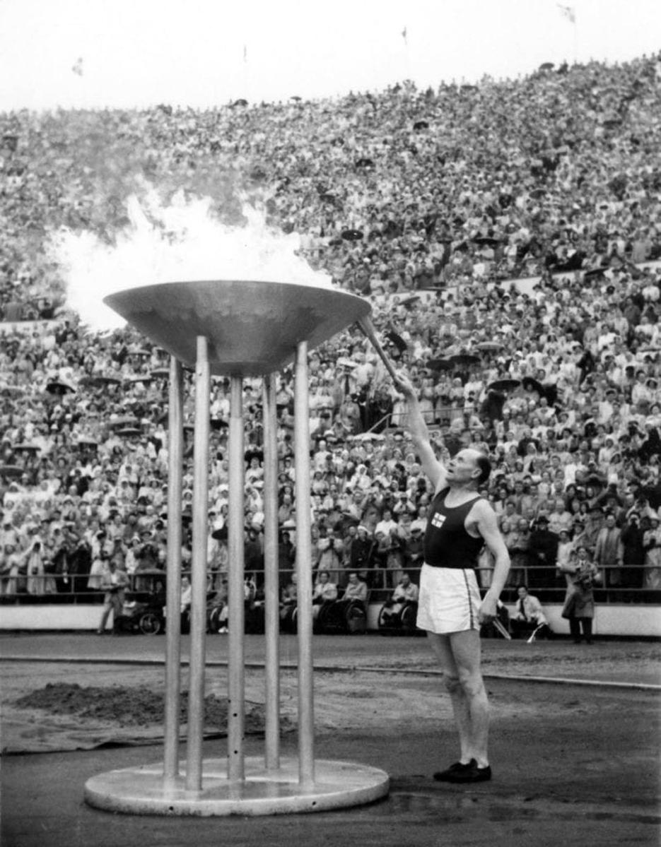 Valokuva voidaan katsoa myös teokseksi. Paavo Nurmi sytyttämässä olympiatulta vuonna 1952 ei suojaa saanut.