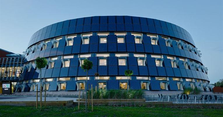 Yrityksen huomiota herättävä pääkonttori on energiantuotannossaan täysin omavarainen 750 aurinkopaneelin avulla.