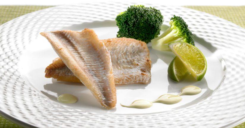 Tarjoa paistetut kalafileet kasvisten ja kastikkeen kanssa.