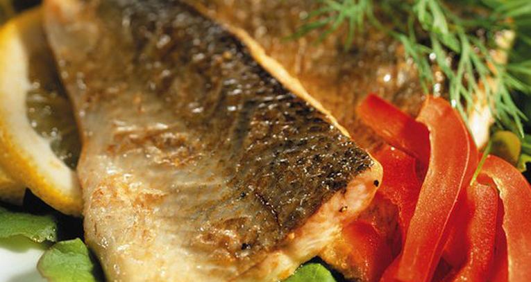 Jos kalat on suomustettu ja nahka jätetty irrottamatta, Jukka Kyllönen paahtaa fileen nahkapuolelta rapeaksi tosi kuumalla pannulla kirkastetussa voissa.
