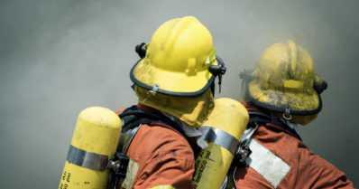 Teollisuusrakennuksen tulipalosta Turussa vaaratiedote – kahden kerrostalon asukkaat siirrettiin suojaan