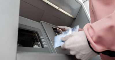 Pankkiautomaatilla olleelta anastettiin pankkikortti harhauttamalla – lattialle oli heitetty viiden euron seteleitä