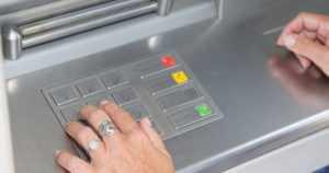 Mies vaani vanhuksia pankkiautomaatilla – sieppasi nostetut rahat takaapäin ja juoksi paikalta