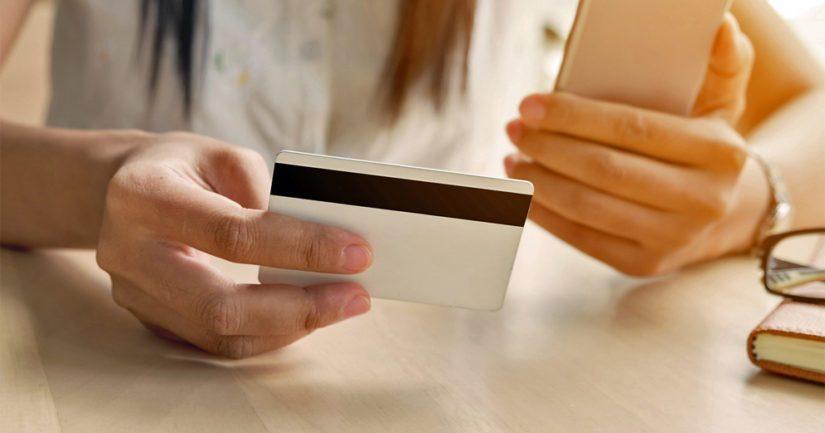 Viisi grammaa mikromuovia viikossa vastaa määrältään yhtä pankkikorttia.