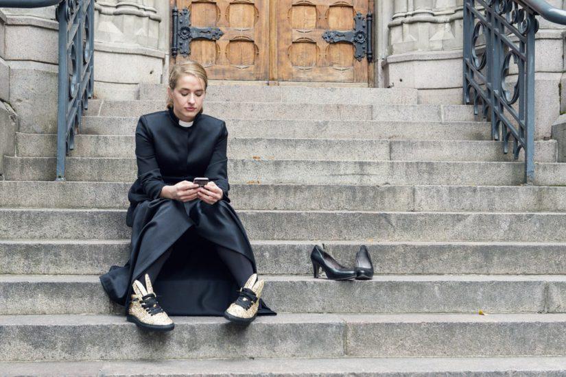 Naisenkin on nyt mahdollista käyttää pitkää papin arkiasua. (Kuva Volkan Akin)