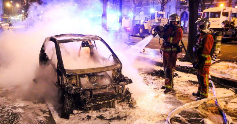 Pariisin kaduille pysäköityjä autoja sytytettiin mellakoissa tuleen ja liikkeitä ryöstettiin.