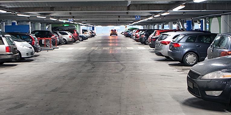 Parkkipaikoilla ruutuun kannattaa ajaa läpi tai peruuttaa, sillä poisperuuttaminen on vaarallisempaa.