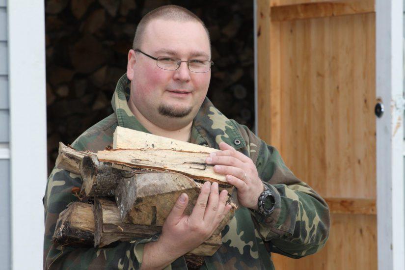 Sähkökatkosten varalle Pasi Karosto on varautunut muun muassa puulämmitteisellä tulisijalla.