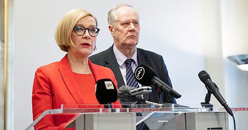 Puhemies Paula Risikko ja kansanedustaja Seppo Kääriäinen tiedotustilaisuudessa Eduskuntatalossa.