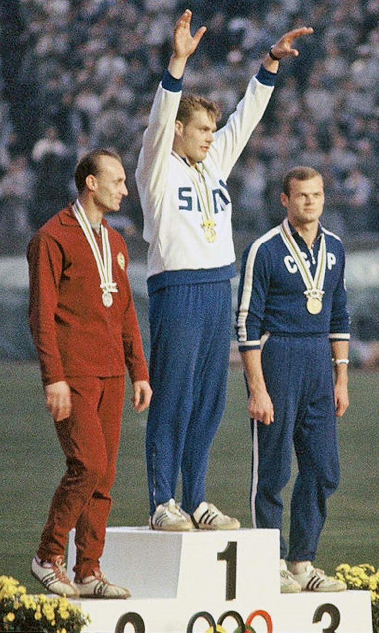 Pauli Nevalan tähtihetki Tokion olympialaisissa vuonna 1964, vierellä palkintokorokkeella Gergely Kulcsár ja Jānis Lūsis.