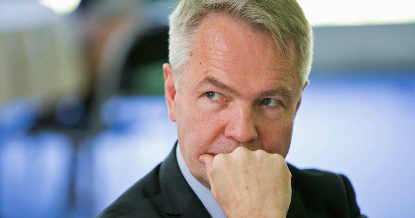 Ulkoministeri Pekka Haavisto kiistää painostaneensa virkamiehiä Isis-lasten noutamisasiassa.