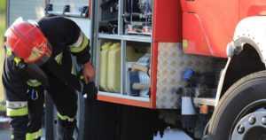 Palokunnan tankkiauto ajoi ojaan matkalla sammuttamaan tulipaloa – kuljettaja loukkaantui vakavasti