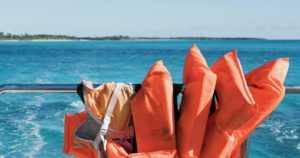 Vene upposi kyydissään kaikkiaan 13 aikuista ja lasta – yhden miehen pelätään hukkuneen
