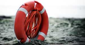"""Pariskunta ja nuoret miehet pelastivat mereen pudonneen – """"Lähes varmalta hukkumiselta"""""""