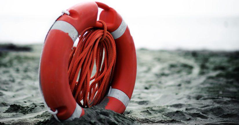 Pelastuslaitos kuljetti veden varaan joutuneet henkilöt rantaan.