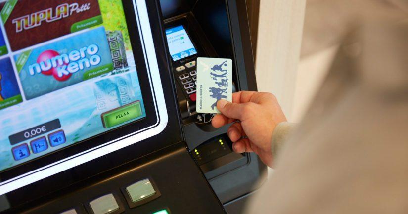 Veikkauksen raha-automaattien määrää vähennetään merkittävästi ja pakollista tunnistautumista aikaistetaan.