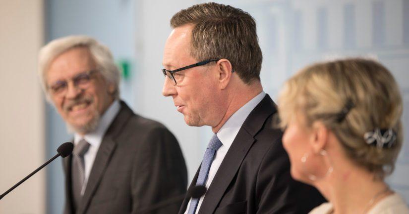 Omistajaohjausministeri Mika Lintilä kertoi lahjoituksesta, professori Pentti Arajärvi myhäili taustalla.