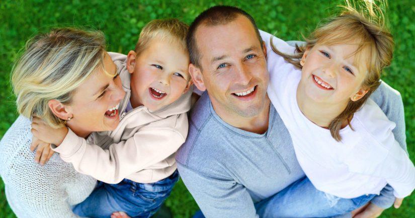 Terveys, toimeentulo ja hyvät ihmissuhteet ovat välttämättömiä edellytyksiä onnellisen elämän aikaansaamisessa.