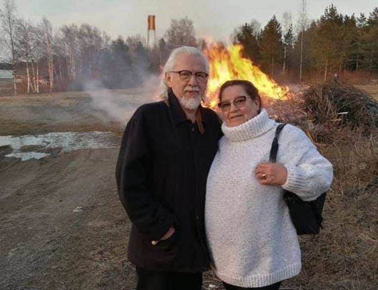 Pertti ja Kaisu Vuori pysyttelevät tiukasti kotona. He ovat ulkoistaneet jopa ruokahuollon. – Päivä kerrallaan mennään, mutta jotta mieli pysyy virkeänä, niin arki on täynnä mukavaa tekemistä.