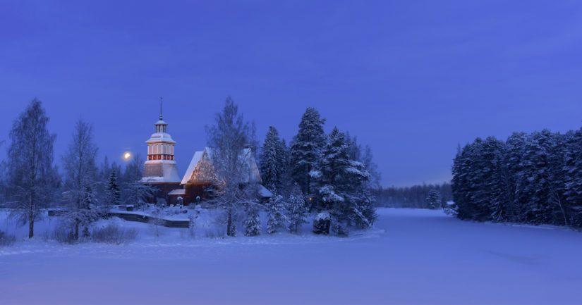 Petäjäveden vanha kirkko talviaamuna.