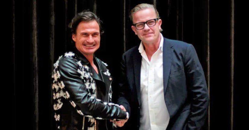 Uusi omistaja Petter Stordalen sekä konsernijohtaja Magnus Wikner puristavat kättä.