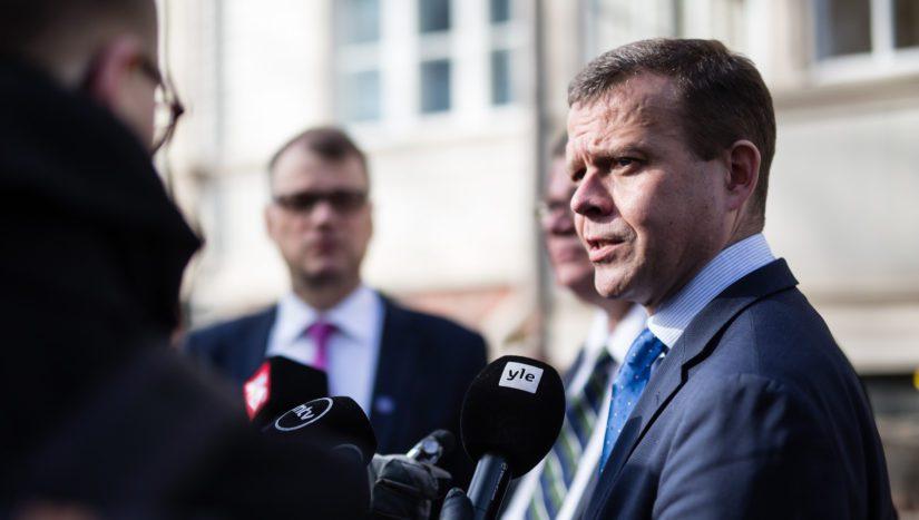 Valtiovarainministeri Petteri Orpo selvittää hallituksen puoliväliriihen tuloksia Kesärannassa. Hallintarekisterilaki kuitenkin vain livautettiin talousvaliokunnan esityslistalle.