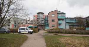 Kuollut mies löytyi kaivosta leikkipuiston vierestä – poliisi pyytää vihjeitä