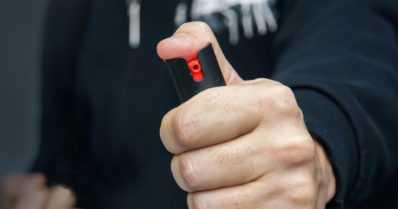 Kolmikkoa epäillään kahdesta ryöstöstä ja petoksesta – matkapuhelimen myyjä sai pippurisumutteesta