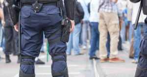 Poliiseja kivitettiin juhannusyönä Hietaniemen rannassa – joukkotappelua rauhoitti 30 partiota