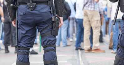 Uusnatsit järjestivät mielenosoituksen – antifasistit aiheuttivat väkivaltaisen mellakan