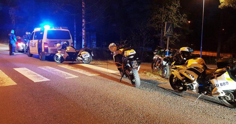 Poliisiyksiköitä valvonnan yhteydessä tapahtuneen takaa-ajotilanteen jälkeen.