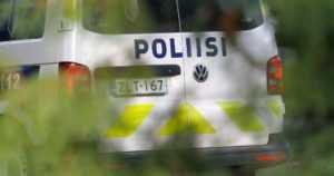 Poliisi etsi tieltä suistuneen auton kuljettajaa – kovat lukemat puhaltanut nuori nainen oli sammunut pyykkitelineelle