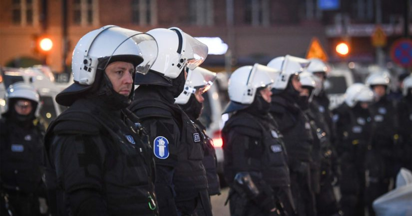 Poliisin tehtävänä on ylläpitää yleistä järjestystä ja turvallisuutta sekä valvoa kokoontumislain noudattamista.