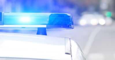 Moottoripyörä ylitti toistuvasti sulkuviivan ohittaessaan ajoneuvoja – kuljettaja pakeni poliisia 200 km/h