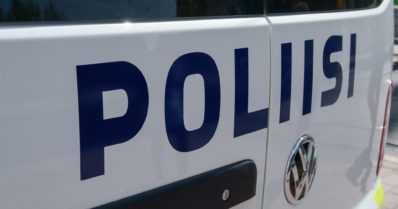 Poliisi epäilee, että uhria seurattiin – miestä lyötiin teräaseella ja auto sytytettiin pihassa tuleen