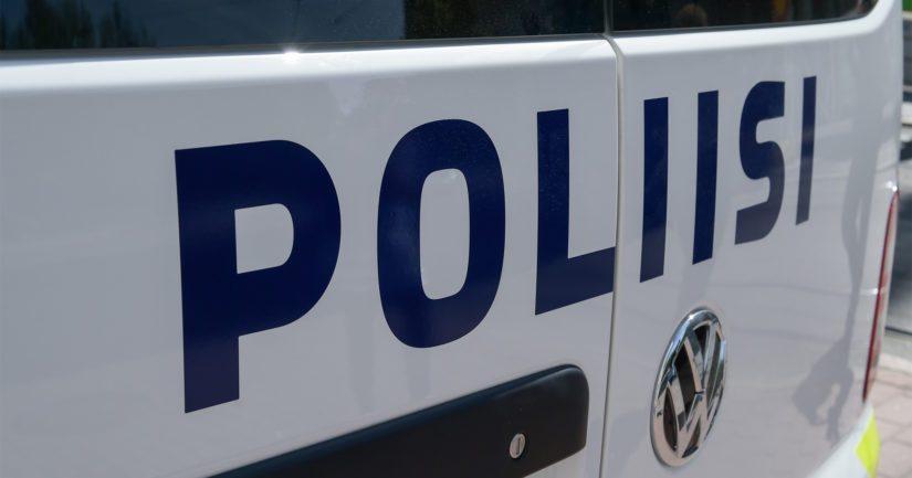 Poliisin paikkatutkinnassa selvisi, että kerrostalon ulko-ovi oli murrettu auki.