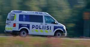 Pakettiauto hurjasteli ylinopeutta ja teki vaarallisia ohituksia – kuljettaja pakeni kolarin jälkeen metsään