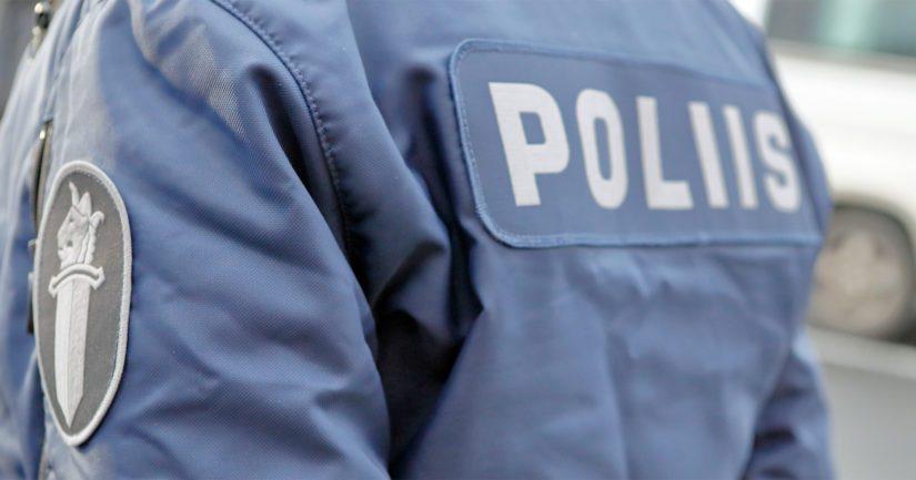 Poliisipartion saapuessa tapahtumapaikalle nainen oli edelleen puristuksissa pakettiauton alla.