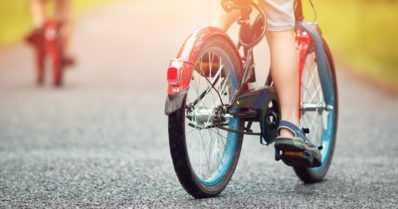 Pikkupoika pyöräili pihatieltä kuorma-auton eteen – selvisi törmäyksestä säikähdyksellä