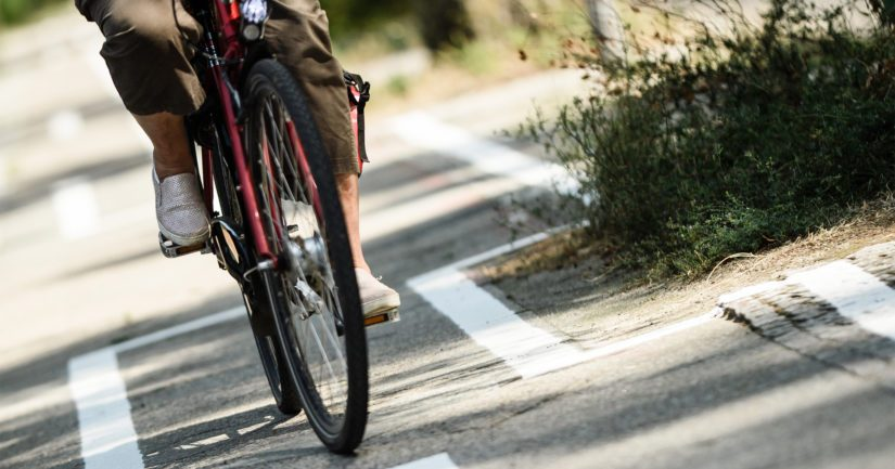 Kevyen liikenteen väylää pitkin tullut pyöräilijä törmäsi kohtalokkaasti auton kanssa.